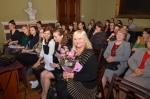 W pierwszym rzędzie siedzą (od prawej strony) : Danuta Grechuta, oraz uczestniczki konferencji - Anna Droń, Joanna Kowalik, Karolina Siemiączko, Anna Dziedzic, Martyna Mieczkowska, Daria Brodacka. W drugim rzędzie od prawej prof.dr hab. Małgorzata Woźna- Stankiewicz oraz prof. dr hab. Alicja Jarzębska oraz zgromadzona publiczność